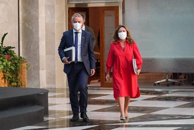 El Lehendakadi, Íñigo Urkullu (i), y la consejera de Salud en Euskadi, Gotzone Sagardui