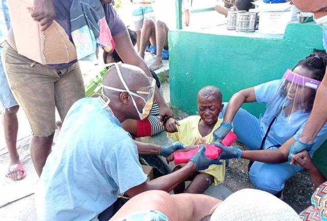 Médicos cubanos tratando a los heridos a causa del último el terremoto en Haití