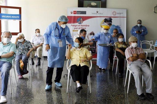 Archivo - Campaña de vacunación contra el coronavirus en Perú.