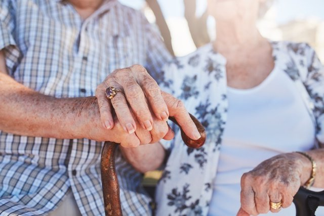 Archivo - Senior couple holding hands