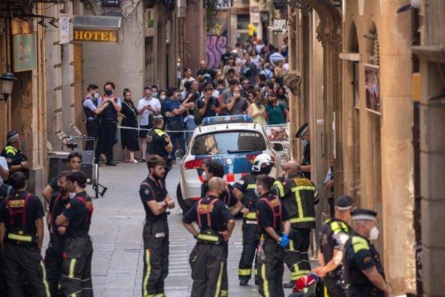 Desallotgen un hotel al costat de la Rambla de Barcelona i acordonen la zona