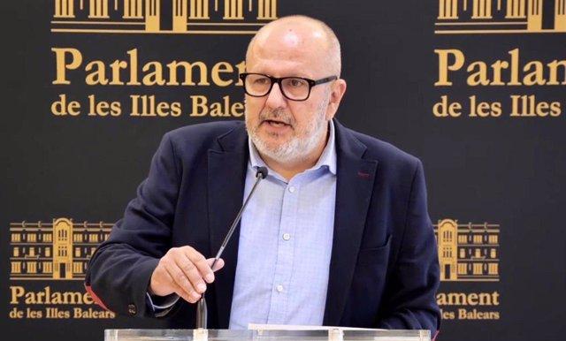 Archivo - El portavoz de MÉS per Mallorca en el Parlament, Miquel Ensenyat, en una rueda de prensa.