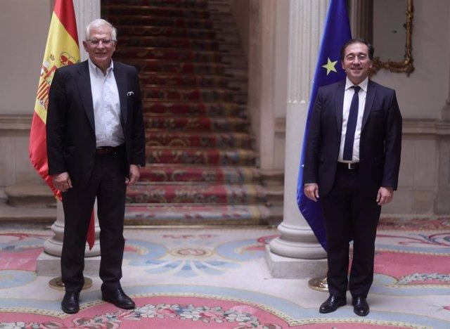 El ministro de Asuntos Exteriores, Unión Europea y Cooperación, José Manuel Albares (d), posa junto al Alto Representante de la Unión para Asuntos Exteriores y Política de Seguridad, Josep Borrell (i), en el Palacio de Viana, a 22 de julio de 2021, en Mad