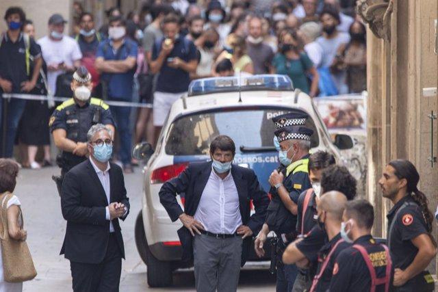 El tinent d'alcalde de Seguretat Barcelona, Albert Batlle, al costat de l'hotel proper a la Rambla desallotjat
