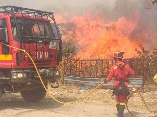 Efectivos de la UME intervienen en el incendio.