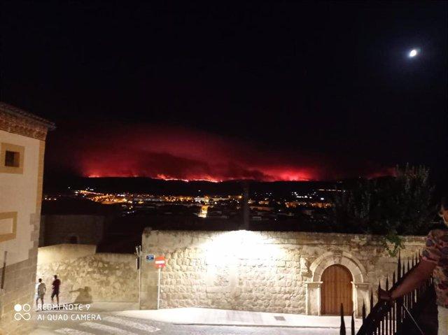 Dimensión del incendio en Navalacruz y la Sierra vista desde el Paseo del Rastro en la ciudad de Ávila durante la noche del 15 al 16 de agosto.