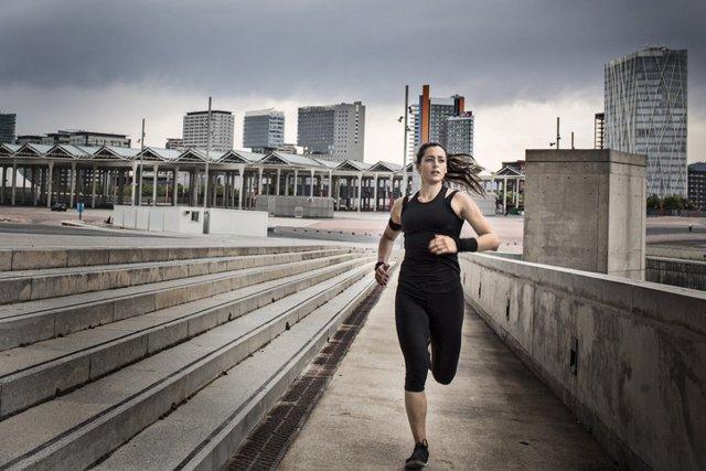 Archivo - Running. Correr. Mujer corriendo en la ciudad.