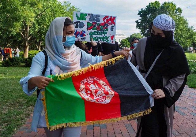 Marcha de afganos frente a la Casa Blanca para denunciar la toma de los talibán del país