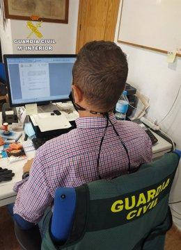Un agente de la Guardia Civil durante una investigación