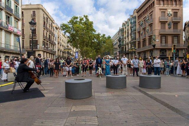 Aragonès, Colau, Batet i Raquel Sánchez recorden l'atemptat del 17A al costat de víctimes i familiars en La Rambla de Barcelona