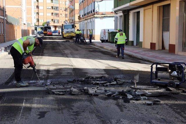 Labores de asfaltado en la avenida Fernández Ladreda de León.