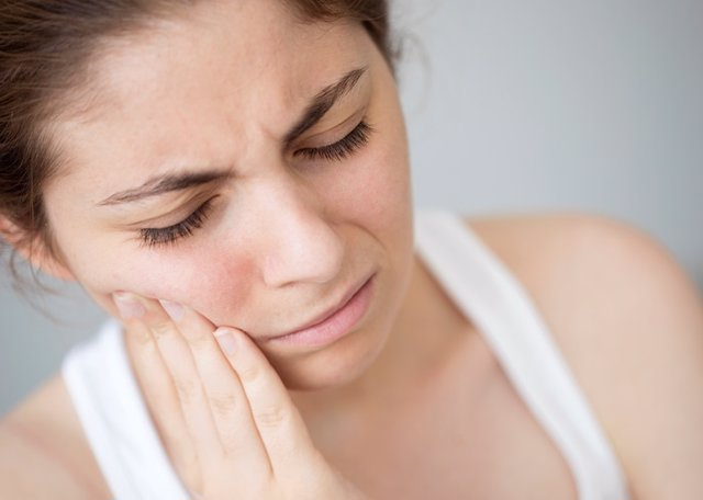 Archivo - Young woman with toothache