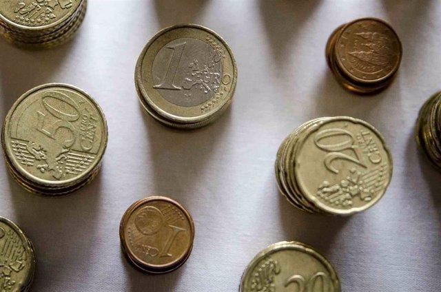 Archivo - Monedas y céntimos de euro