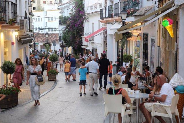 Archivo - Imagen de archivo de turistas en Marbella