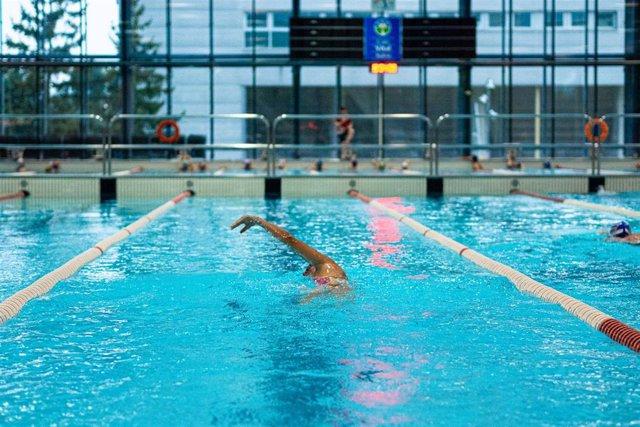 Archivo - Varios nadadores federados entrenan en una de las piscinas públicas del Complejo Deportivo Mendizorrotza, que a partir del día 1 de julio abrirá al público general, en Vitoria-Gasteiz, Álava, País Vasco (España), a 25 de junio de 2020.