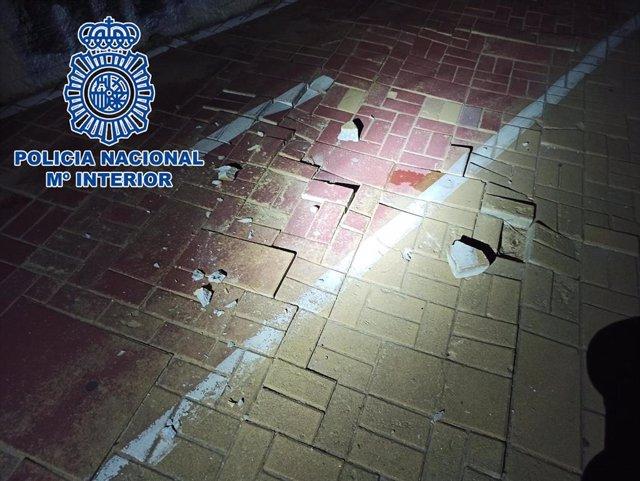 Adoquines lanzados por los jóvenes a la Policía Nacional en Puerto Sherry.