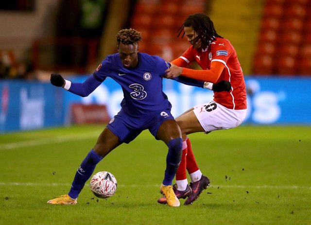 Archivo - 11 February 2021, United Kingdom, Barnsley: Chelsea's Tammy Abraham (L) and Barnsley's Toby Sibbick battle for the ball during the English FA Cup fifth round soccer match between Barnsley and Chelsea at Oakwell. Photo: Martin Rickett/PA Wire/dpa