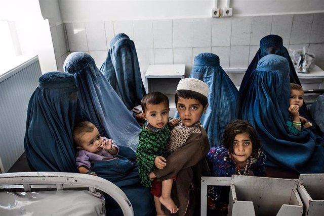 Archivo - Mujeres afganas con sus hijos en un hospital de MSF en Lashkar Gah