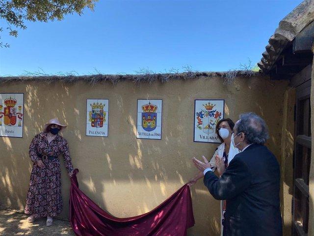 La alcaldesa de Cervatos (izquierda);la Presidenta de la Diputación (derecha) y el embajador de Argentina en España, descubren los escudos en la Casa-Museo del General San Martín).