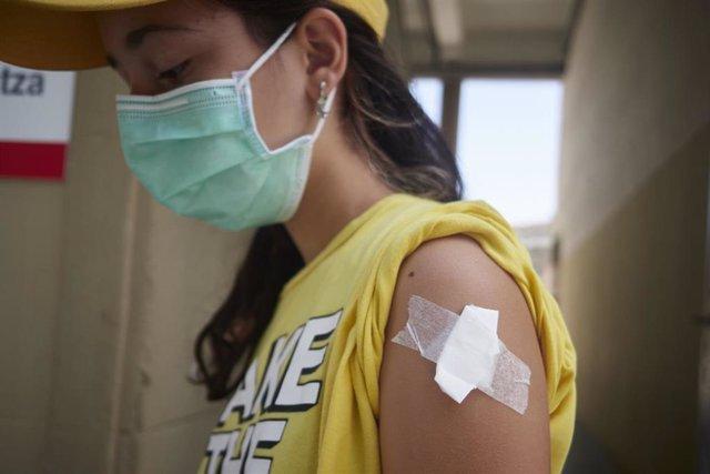 África Aguado Cuadrado, niña de 12 años de Pamplona, camina tras recibir la primera dosis vacuna de Moderna contra la COVID-19 en el antiguo colegio de Maristas en Pamplona, a 13 de agosto de 2021, en Pamplona, Navarra (España).