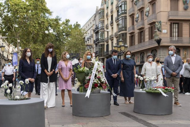 La presidenta del Parlament, Laura Borràs (2i); la presidenta del Congreso, Meritxell Batet (4i); el presidente de la Generalitat, Pere Aragonès (5i); la alcaldesa de Barcelona, Ada Colau (6i); y el primer teniente de alcalde de Barcelona, Jaume Collboni