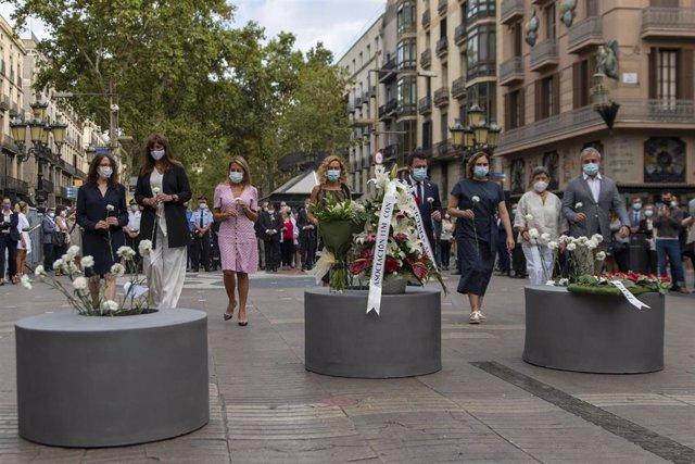 La presidenta del Parlament, Laura Borràs (2i); la presidenta del Congrés, Meritxell Batet (4i); el president de la Generalitat, Pere Aragonès (5i); l'alcaldessa de Barcelona, Ada Colau (6i); i el primer tinent d'alcalde de Barcelona, Jaume Collboni