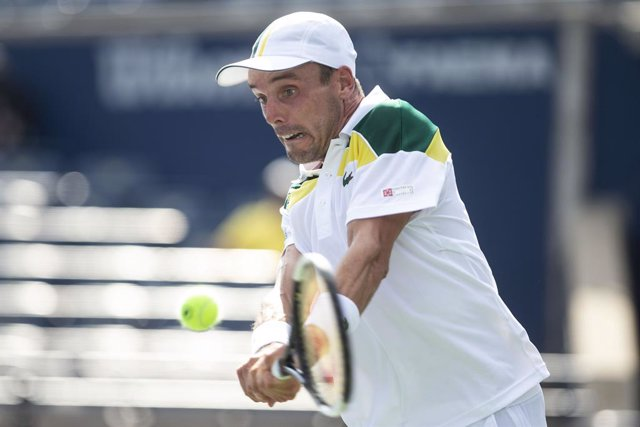 12 August 2021, Canada, Toronto: Spanish tennis player Roberto Bautista Agut in action against Argentina's Diego Schwartzman during their Men's Singles round of 16 tennis match of the 2021 National Bank Open tennis tournament. Photo: Chris Young/The Canad