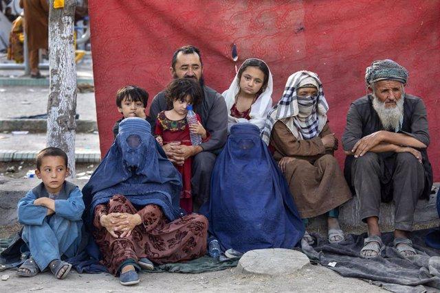 Una familia afgana espera en Kabul a la espera de ser evacuada.