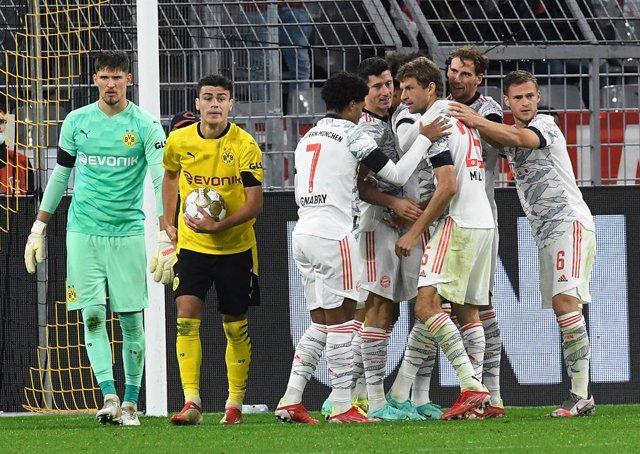 17 August 2021, North Rhine-Westphalia, Dortmund: Munich's Thomas Mueller (3rd R) celebrates scoring his side's second goal with teammates during the German DFL Supercup soccer match between Borussia Dortmund and Bayern Munich at Signal Iduna Park. Photo: