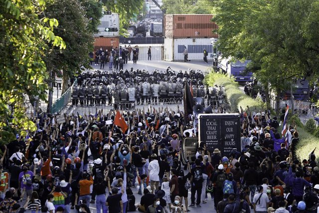 16 August 2021, Thailand, Bangkok: Protesters gather on the streets in front of riot policemen during an anti-government demonstration demanding Prime Minister, Prayut Chan-o-cha to step down. Photo: Chaiwat Subprasom/SOPA Images via ZUMA Press Wire/dpa