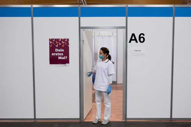 23 July 2021, Saxony, Loebau: Melanie Ruoff, vaccination assistant, stands in front of an empty vaccination booth at the Loebau vaccination centre. Data from Johns Hopkins University and Bloomberg News showed today, Friday, that 87.9 million doses of vacc