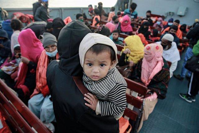 Archivo - Un grupo de refugiados rohingyas a bordo de una embarcación.