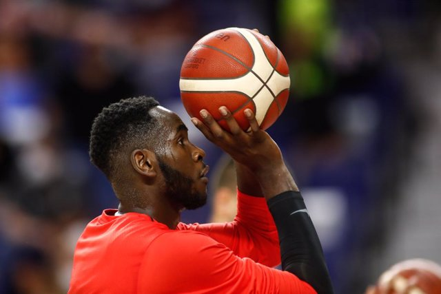Archivo - Usman Garuba of Spain warms up during the Tokyo 2020 Challenge preparatory basketball match played between Spain and Iran at Wizink Center on July 05, 2021 in Madrid, Spain.