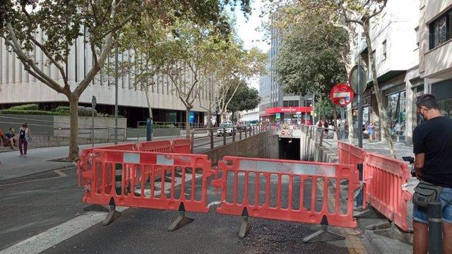 Salida del túnel que conecta las Avenidas con la calle Nuredduna (Palma), cerrado, el día del inicio de las obras de remodelación de la calle.