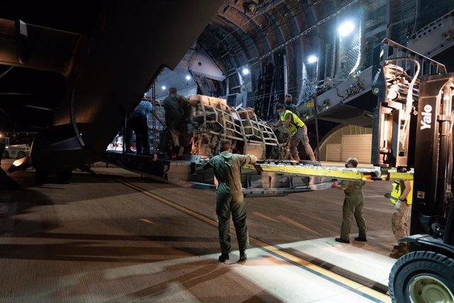 Militares se preparan par asubir a uno de los dos aviones A400M de las Fuerzas Armadas minutos antes del despegue en la base de Zaragoza rumbo a Dubái, a 16 de agosto de 2021, en Zaragoza, (España). Este primer avión se empleará en la repatriación de espa