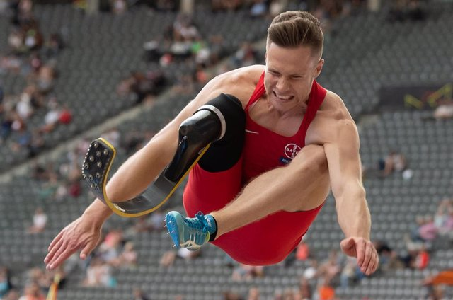 Archivo - El saltador de longitud paralímpico alemán Markus Rehm durante una competición