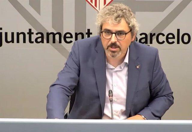 El concejal de Juventud del Ayuntamiento de Barcelona, Joan Ramon Riera, en rueda de prensa
