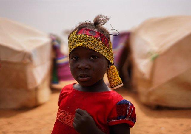 Archivo - Una niña migrante en Niamy, Níger.