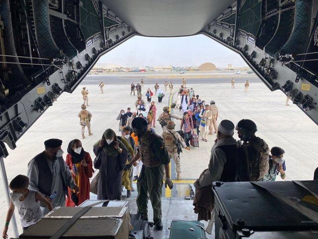 Despega de Kabul el avión con el primer grupo de españoles y afganos evacuados
