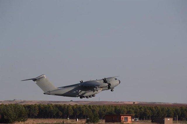 El avión A400M de las fuerzas armadas españolas, despega de Dubái a Kabul para evacuar a los españoles y colaboradores en Afganistán, en la base aérea de Al Minhad en Dubái, a 18 de agosto de 2021, en Dubái (Emiratos Árabes). Este es el primer avión de la