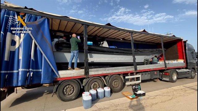 Imagen de la lancha oculta dentro de un vehículo articulado en Delta de l'Ebre (Tarragona)