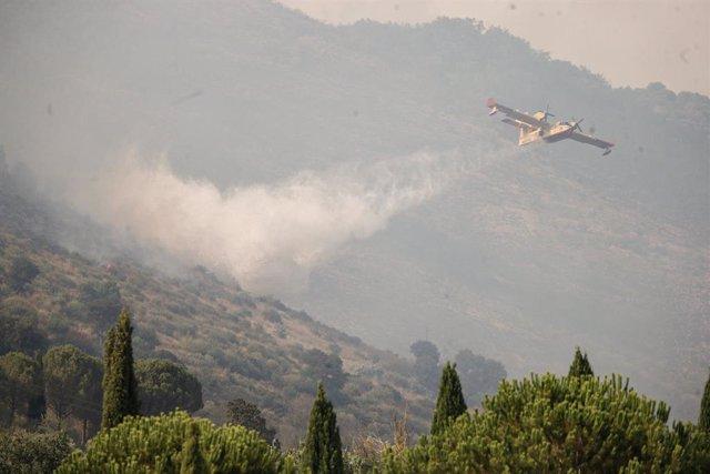 13 August 2021, Italy, Tivoli: A plane drops water onto a fire in an attempt to extinguish a forest fire at Monte Catillo Nature Reserve. Photo: Cecilia Fabiano/LaPresse via ZUMA Press/dpa