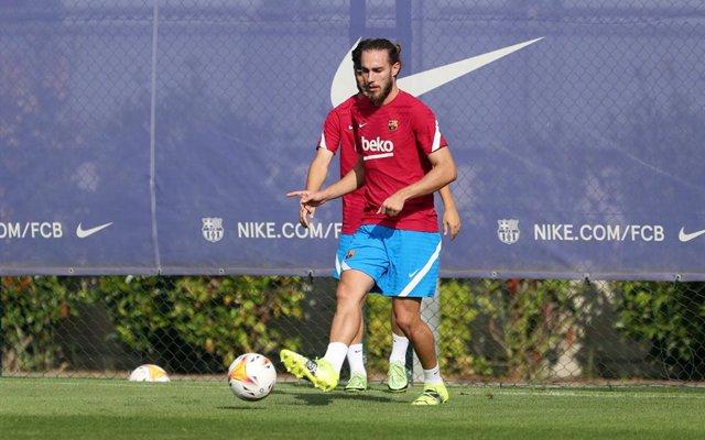 El jugador del FC Barcelona Óscar Mingueza en un entrenamiento de la pretemporada de 2021