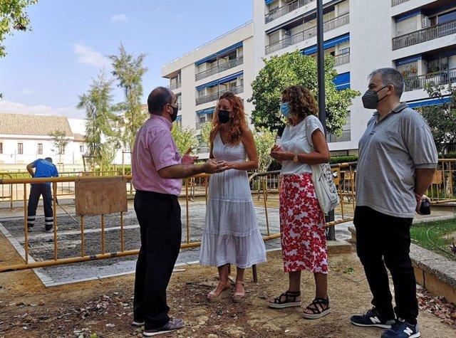 Inicio de las obras para la instalación de juegos infantiles en los Jardines de Capuchinos en Sevilla.