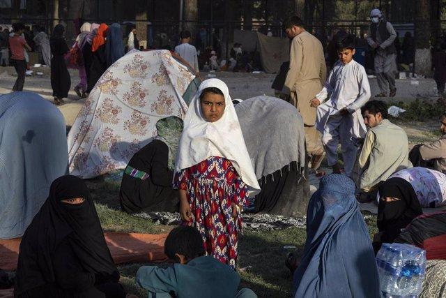 Un grupo de ciudadanos afganos a la espera de ser evacuados.