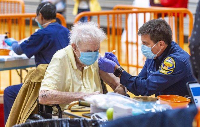Archivo - 23 January 2021, US, Aliso Viejo: A man receives his dose of COVID-19 vaccine at the coronavirus (COVID-19) vaccine second mass vaccination center in the gymnasium at Soka University. Photo: Mark Rightmire/Orange County Register via ZUMA/dpa