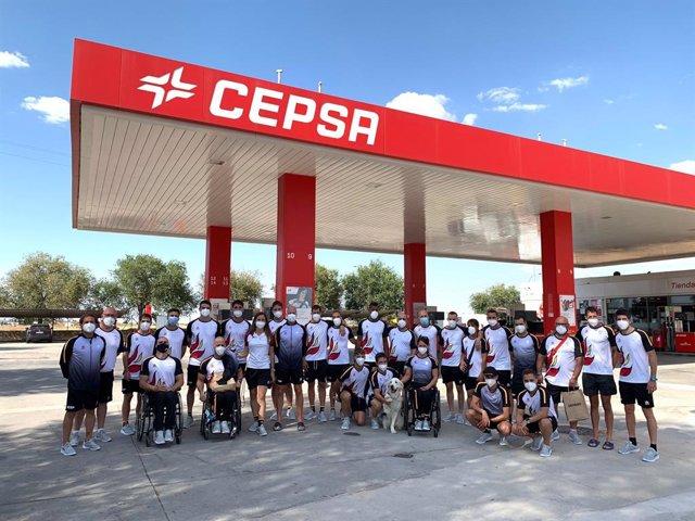 Los deportistas paralímpicos españoles posan en la estación de servicio cedida por Cepsa para su traslado seguro a Madrid