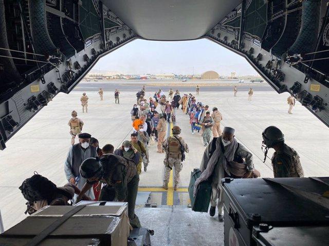 Un grup de repatriats espanyols puja a l'avió A400M enviat pel Govern d'Espanya per evacuar-los de Kabul
