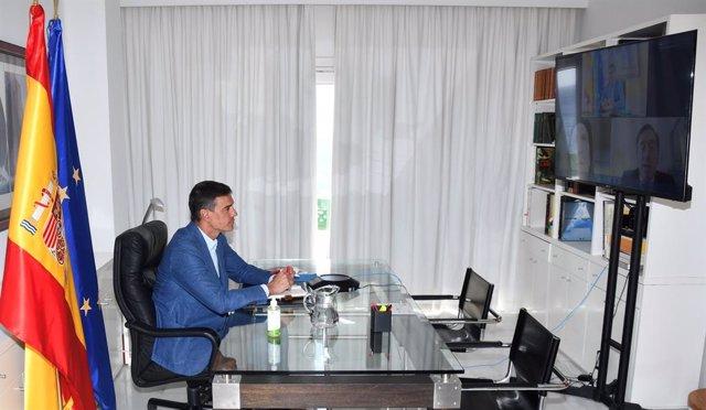 El president del Govern, Pedro Sánchez, en videoconferència amb els titulars de Defensa i d'Exteriors, Margarita Robles i José Manuel Albares, durant l'operació d'evacuació d'espanyols de l'Afganistan