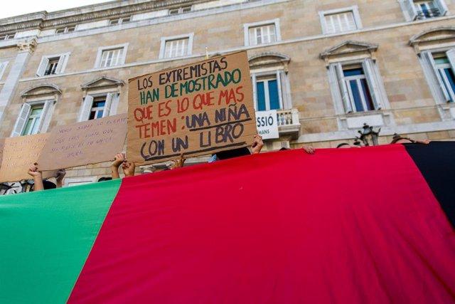 Concentració d'entitats en solidaritat amb les dones i nenes de l'Afganistan, a la plaça Sant Jaume de Barcelona